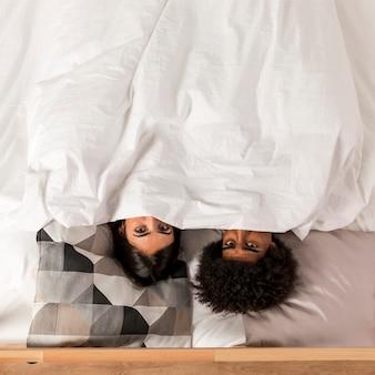 Retrato de pareja interracial en casa