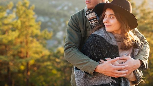 Retrato, de, pareja joven, abrazar