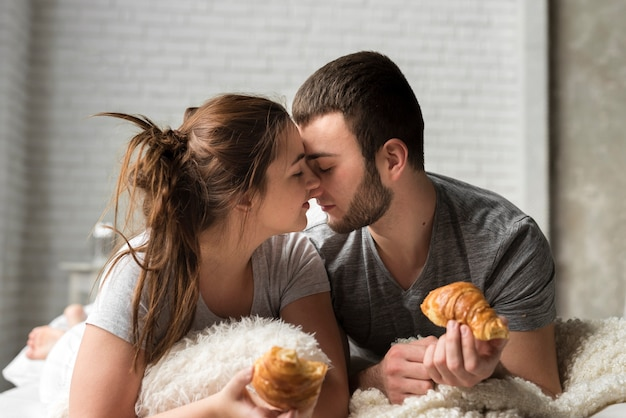 Retrato, de, pareja joven, juntos, en cama