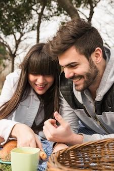 Retrato, de, pareja joven, en, picnic