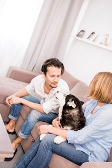 Retrato de pareja moderna en casa
