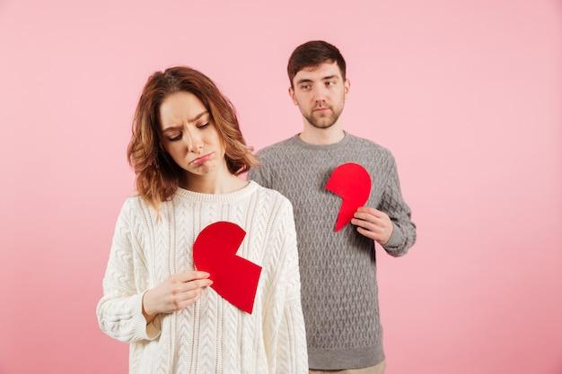 Retrato de una pareja molesta vestida con suéteres