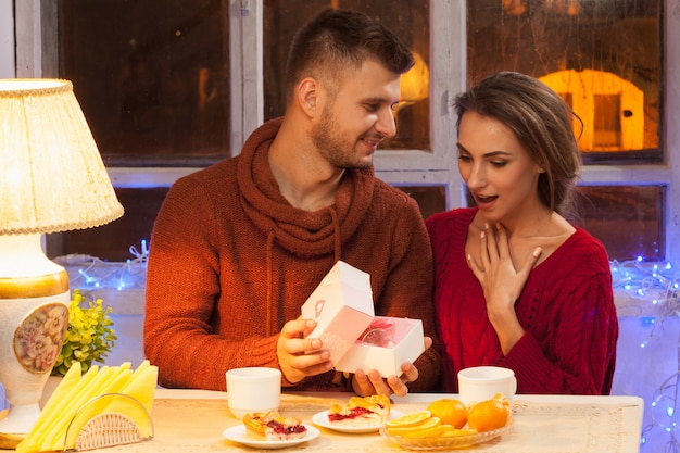 Retrato de pareja romántica en la cena de san valentín