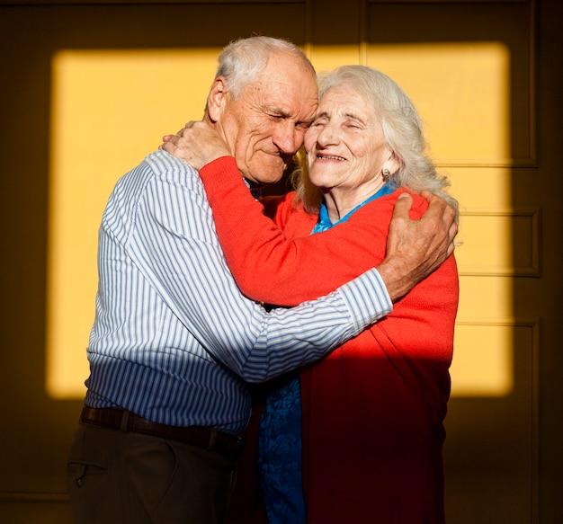 Retrato de pareja senior en el amor
