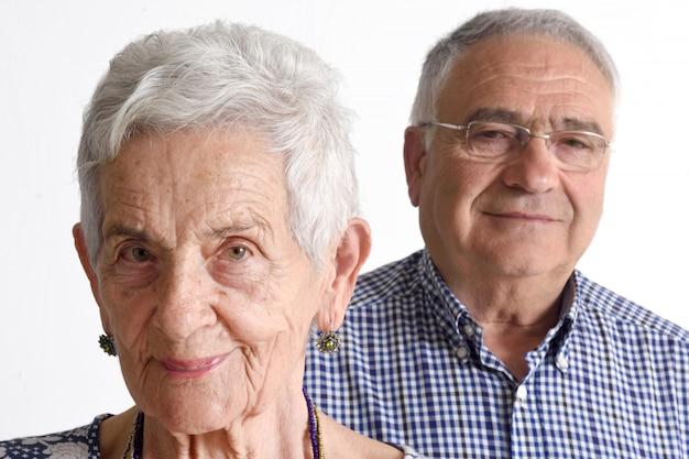Retrato de una pareja senior en blanco