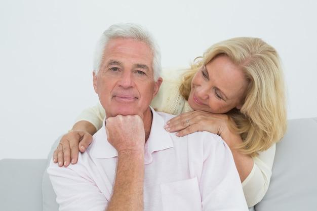 Retrato de una pareja senior en casa