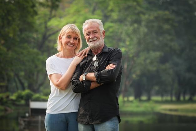Retrato de pareja senior jubilación hombre y mujer felices en el parque juntos