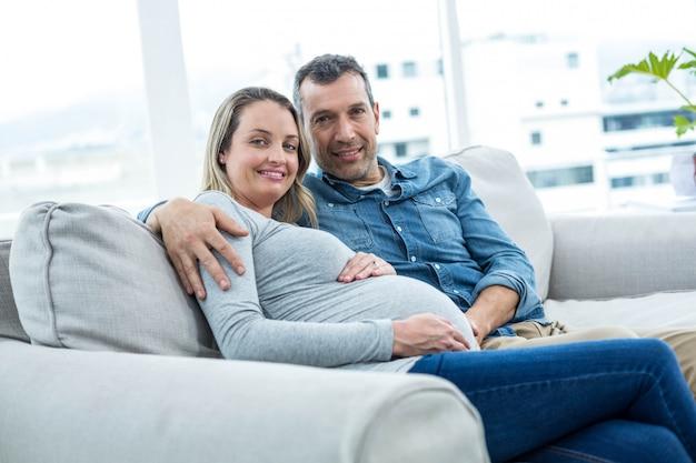 Retrato de pareja sentada en el sofá