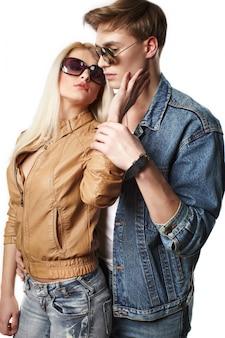 Retrato de pareja sexy joven inconformista en estudio