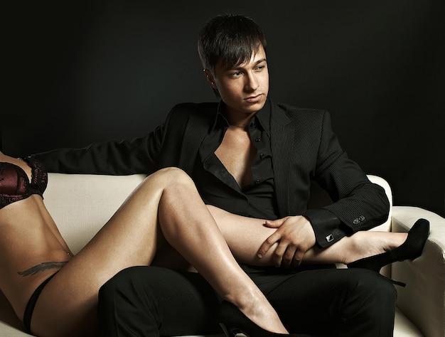 Retrato de pareja sexy sensual en el sofá blanco en estudio