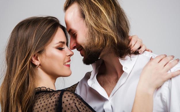 Retrato de pareja sonriente. amor. sensualidad. amantes lindos felices que abrazan.
