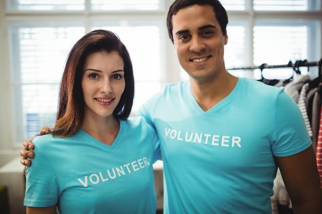 Retrato de pareja de voluntarios