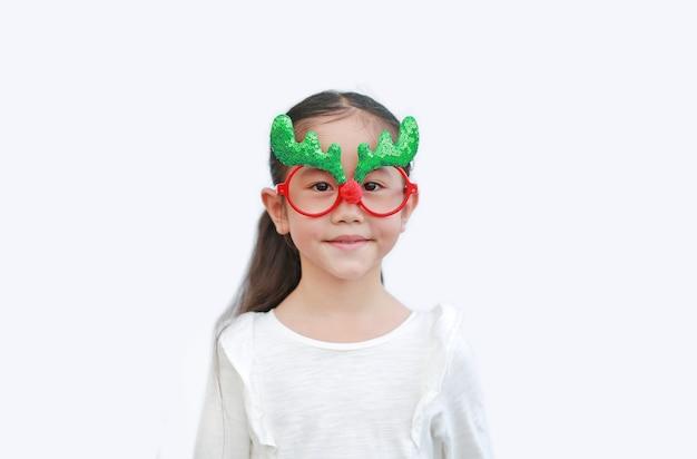 Retrato de la pequeña muchacha asiática en el traje del reno aislado.