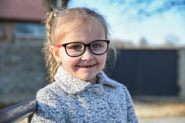 Retrato de una pequeña niña sonriente linda, joven, close-up.