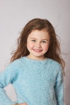 Retrato de una pequeña niña sonriente