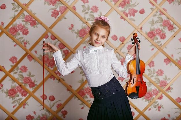 Retrato del pequeño violinista tocando el violín