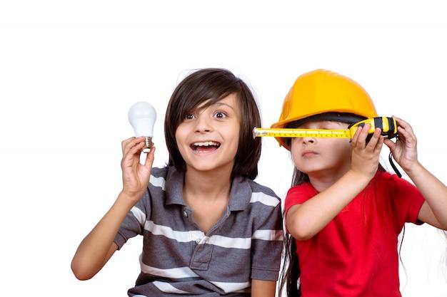 Retrato de pequeños hermanos divirtiéndose