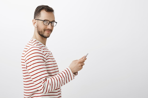 Retrato de perfil de modelo de hombre romántico juguetón en gafas