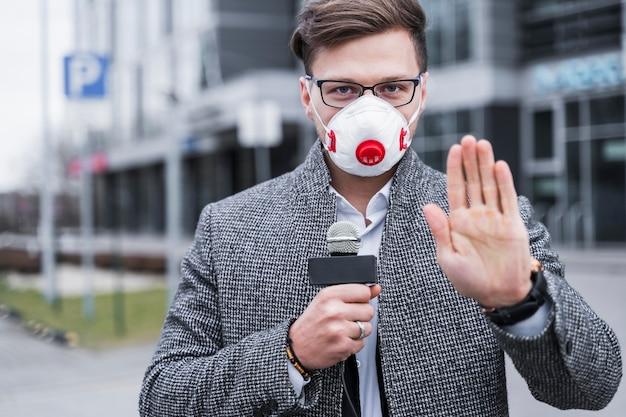 Retrato periodista hombre con máscara de trabajo