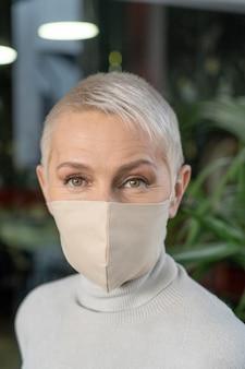 Retrato de persona de negocios con máscara médica