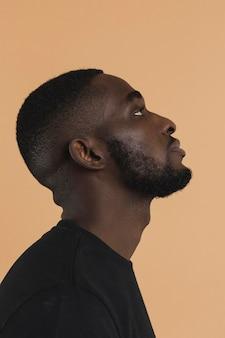 Retrato de persona negra americana mirando hacia arriba