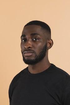 Retrato de una persona negra estadounidense molesta