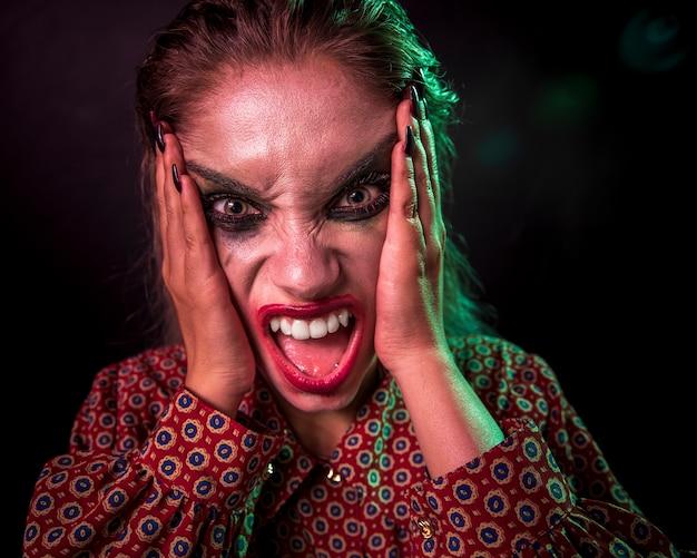 Retrato de un personaje de terror de payaso maquillaje gritando