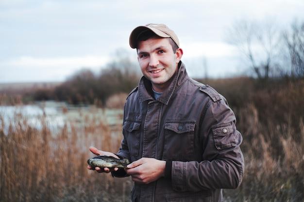 Retrato de un pescador feliz con peces