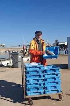 Retrato de un pescador en el puerto