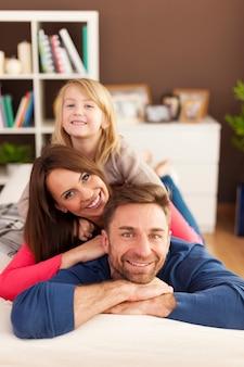 Retrato de pirámide de familia amorosa en el sofá