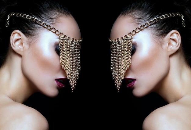 Retrato de portarretrato de glamour de alta moda de la hermosa modelo de mujer joven caucásica sexy con labios coloridos, maquillaje brillante, con piel limpia perfecta