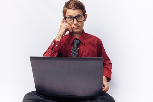 El retrato positivo y emocional de un estudiante posando con laptop