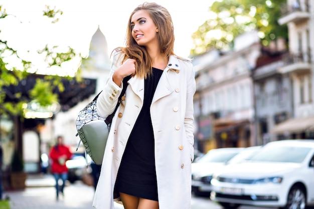 Retrato positivo de estilo de vida al aire libre de impresionante glamour elegante mujer relajante y caminando en la ciudad de europa