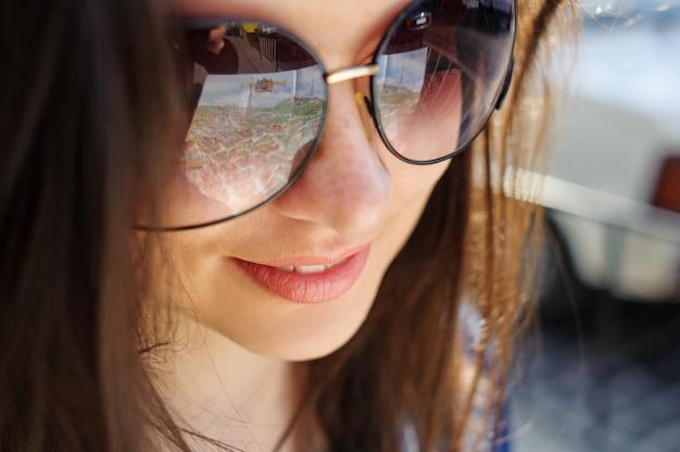 Retrato del primer de una chica joven en vidrios