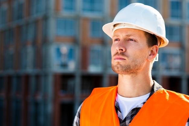 Retrato del primer del ingeniero de construcción que mira lejos