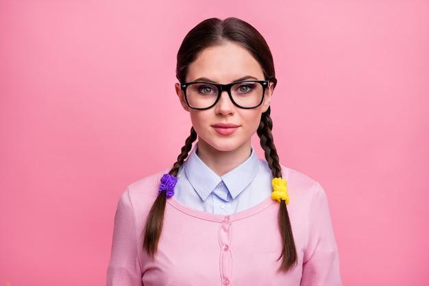 Retrato de primer plano de ella, bonita, atractiva, encantadora, linda, encantadora, tranquila, adolescente, de cabello castaño, vestida con un estudio de ropa formal informal aislado sobre fondo de color rosa pastel