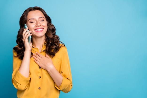 Retrato de primer plano de ella ella agradable atractiva encantadora alegre alegre dama de pelo ondulado hablando por teléfono llamando a casa.