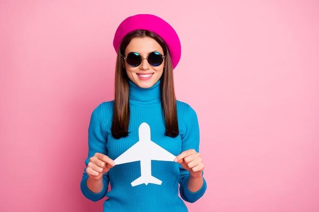 Retrato de primer plano de ella ella agradable atractivo encantador bastante lindo encantador alegre alegre chica sosteniendo en la mano viajero de destino de tarjeta de avión de papel.
