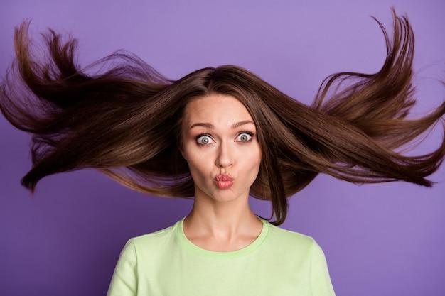 Retrato de primer plano de ella ella bonita atractivo como una niña funky cómico alegre niña enviando beso al aire que sopla el pelo limpio suave y sedoso aislado brillante vivo brillo vibrante lila violeta color de fondo