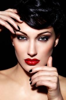 Retrato de primer plano glamour de hermosa morena sexy modelo caucásica joven con labios rojos