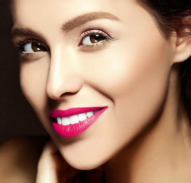 Retrato de primer plano de glamour de mujer hermosa dama modelo con cara fresca y limpia