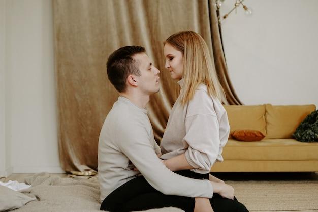 Retrato de primer plano de una hermosa joven pareja abrazos en la cama en casa