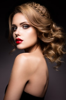 Retrato de primer plano de hermosa mujer con maquillaje brillante