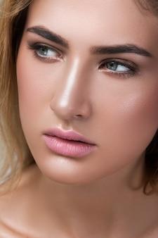 Retrato de primer plano de hermosa rubia