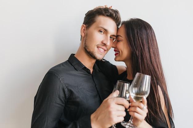 Retrato de primer plano de hombre barbudo con ojos azules celebrando el aniversario con su maravillosa novia