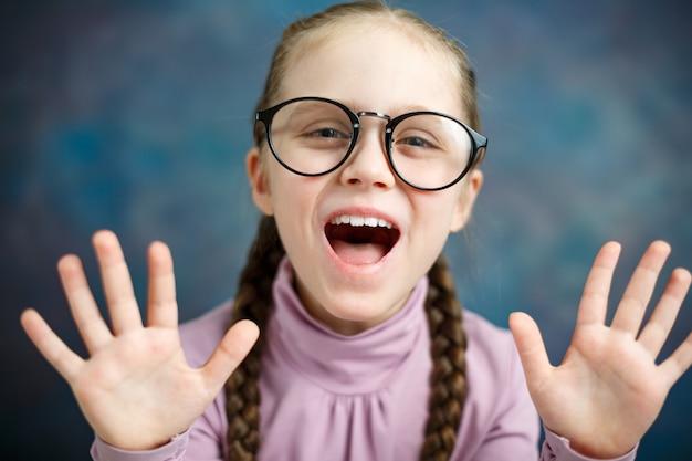 Retrato de primer plano inteligente chica de escuela caucásica