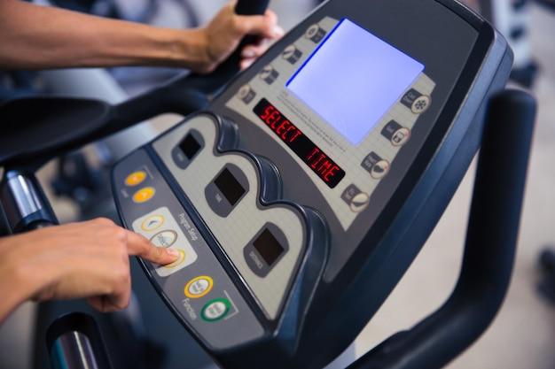 Retrato de primer plano de la interfaz de la máquina de fitness en el gimnasio