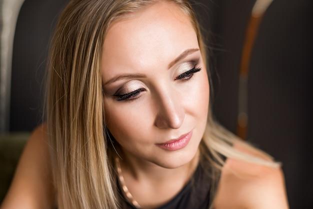 Retrato de primer plano de una joven y bella modelo de moda