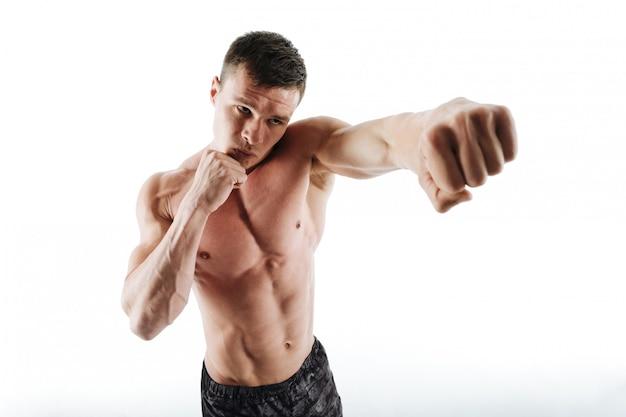 Retrato de primer plano de joven boxeador sin camisa posando con la mano extendida