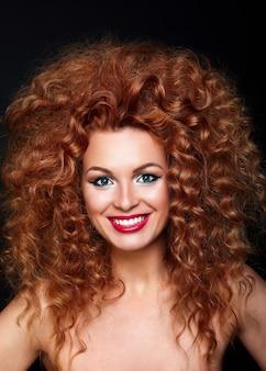 Retrato de primer plano de look.glamor de alta moda de hermosa pelirroja sexy modelo de mujer joven caucásica con labios rojos, maquillaje brillante, con piel limpia perfecta con joyas aisladas en negro